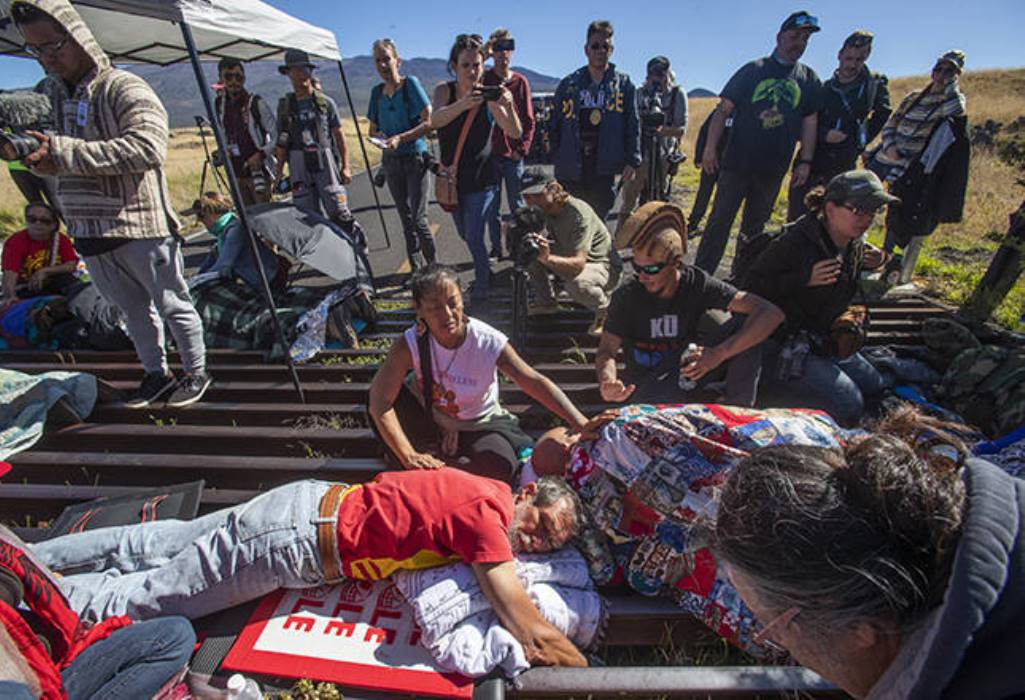 Mauna Kea Protectors Chained to Cattle Guard to Stop TMT